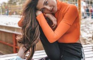 Участница шоу «Песни» Анет Сай показала стильный образ в оранжевом боди