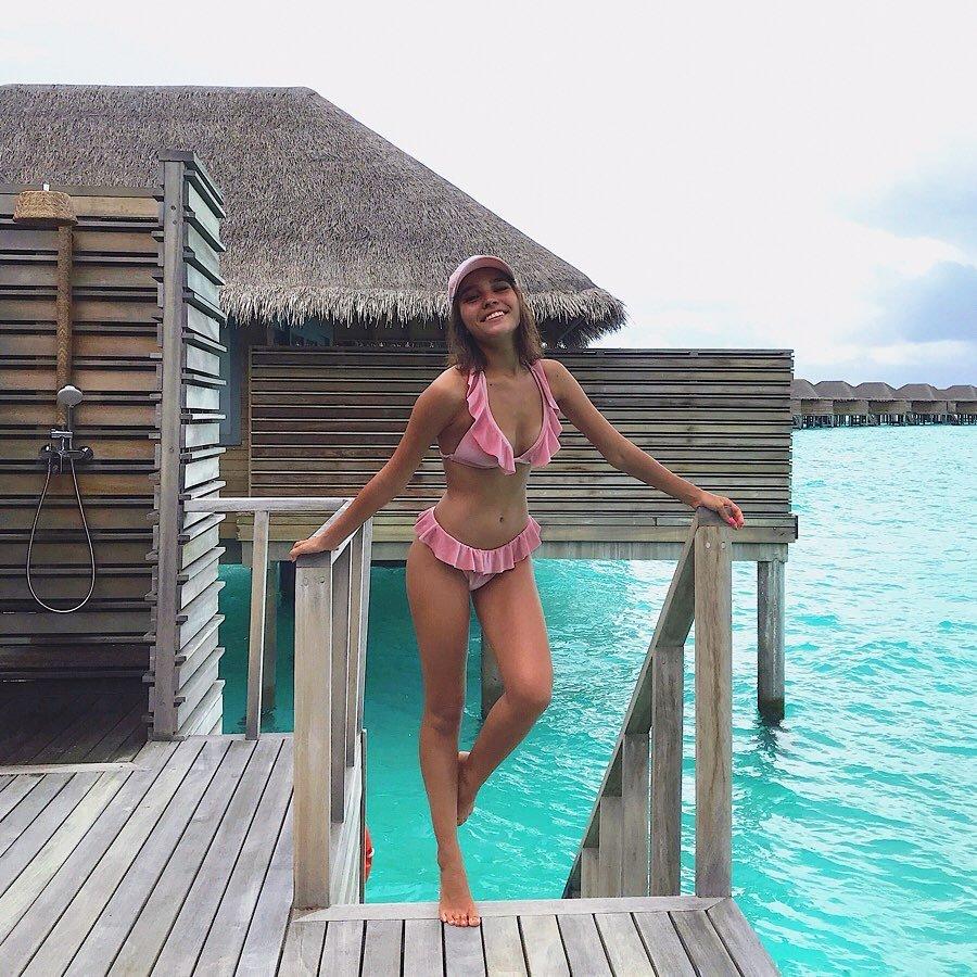 Анна Музафарова позирует в розовом купальнике с оборками