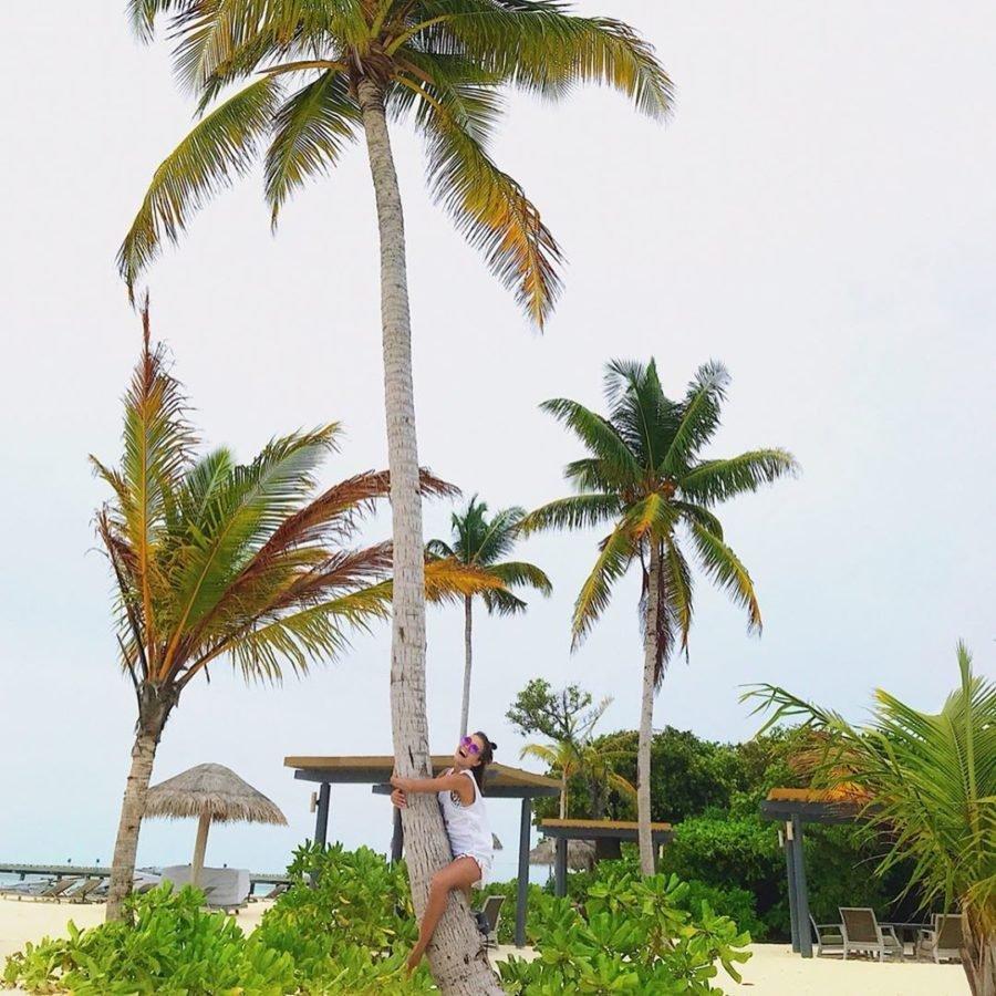 Анна Музафарова в обнимку с пальмой