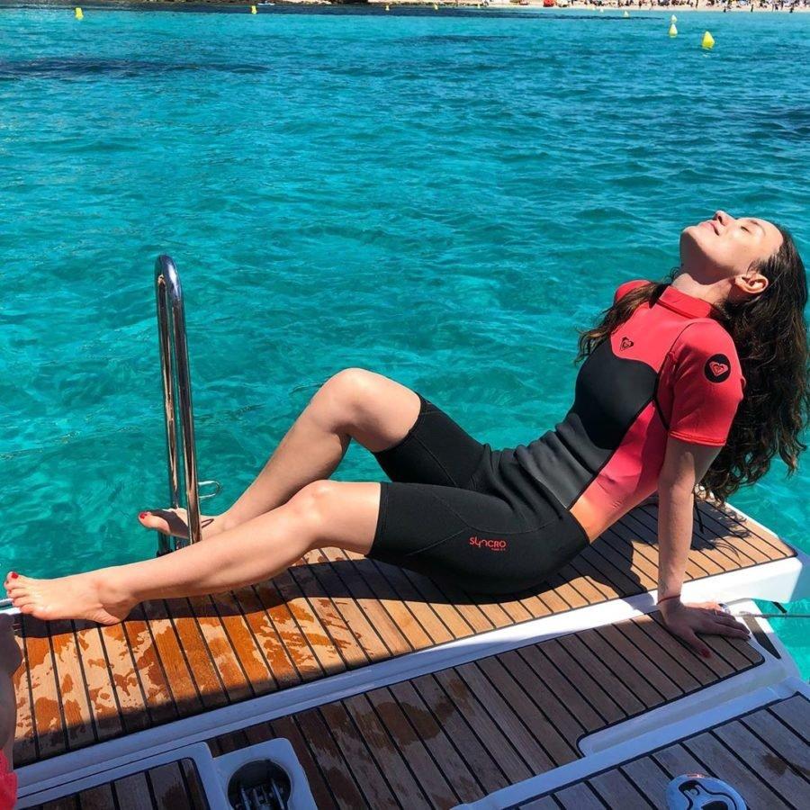 Виктория Дайнеко в гидрокостюме в Испании