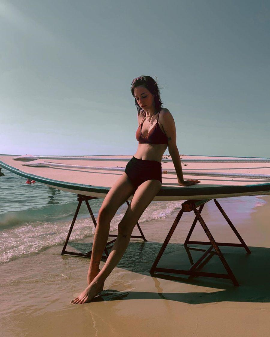 Ева Гурария позирует на пляже