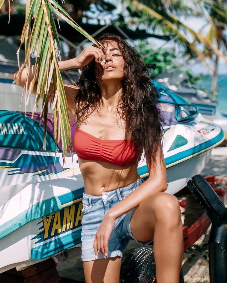 Маша Кольцова в красном купальнике и джинсовых шортах