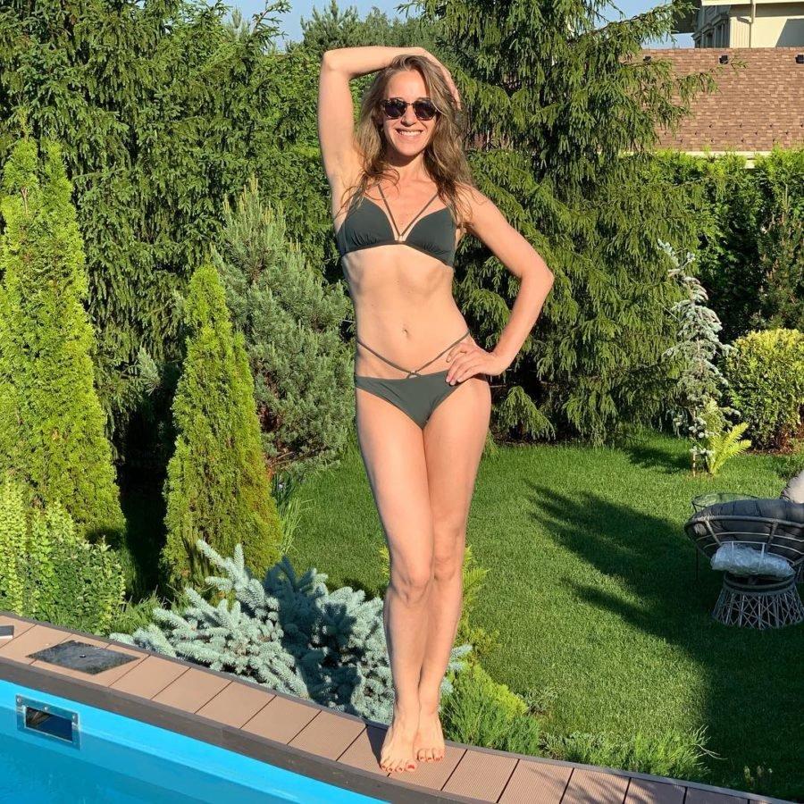Юлия Ковальчук позирует около бассейна