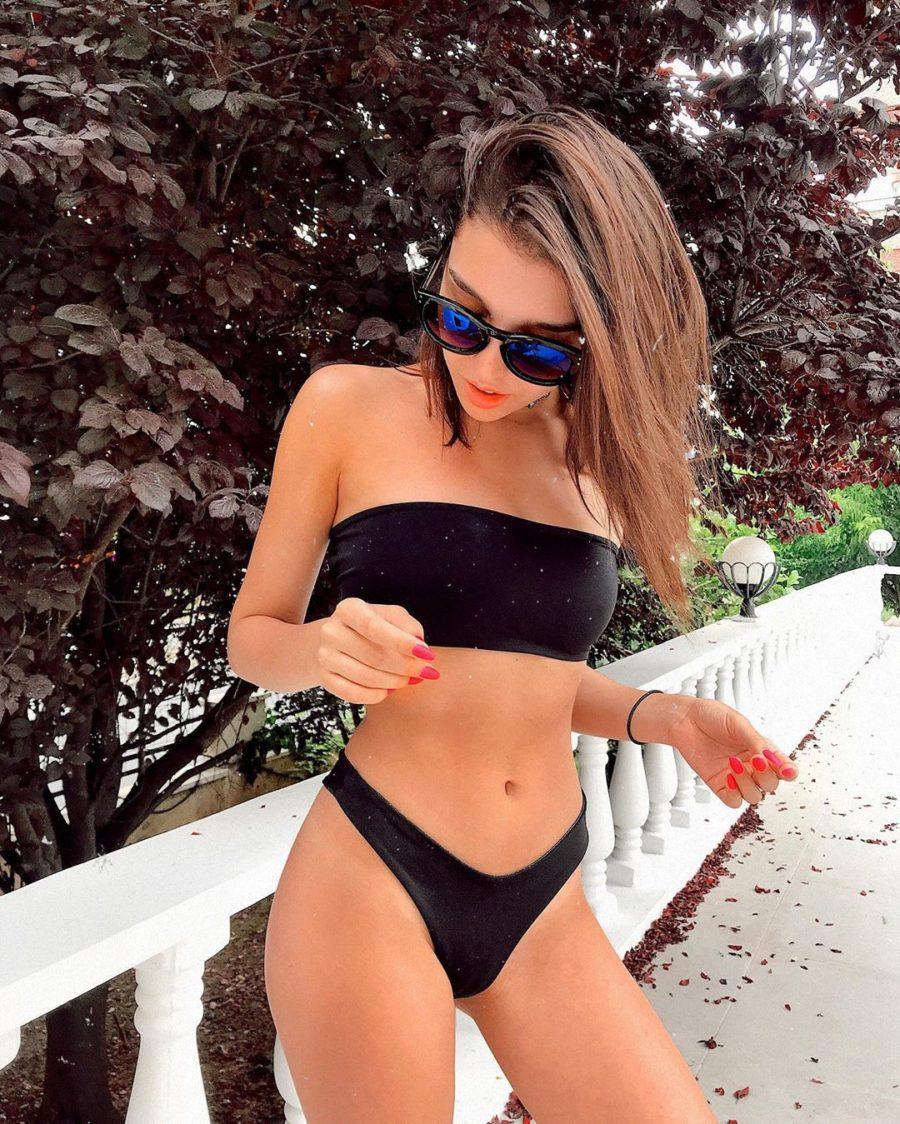 Анна Музафарова в черном купальнике