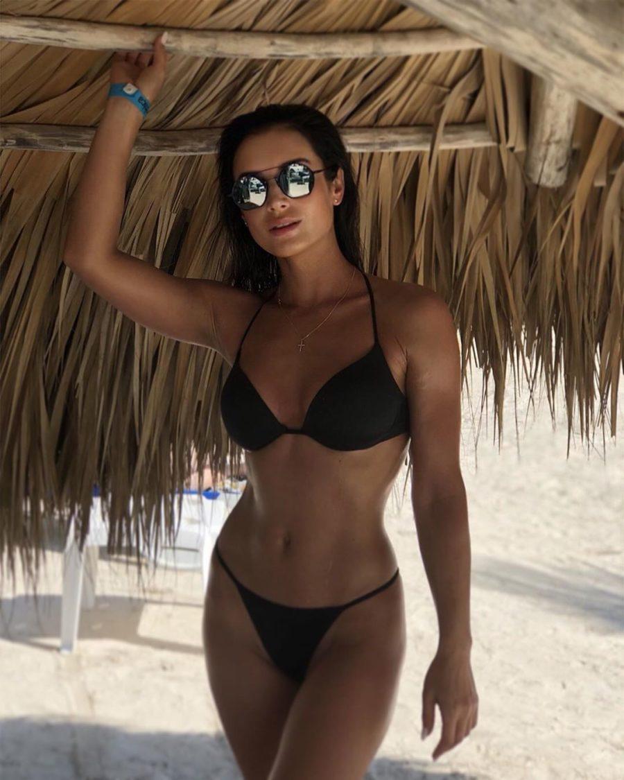 Ольга Задонская позирует в черном купальнике на пляже