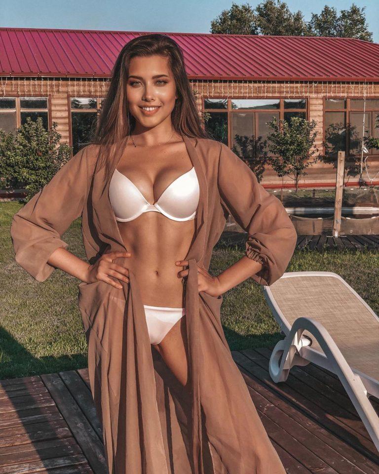 Анет Сай позирует в белом купальнике