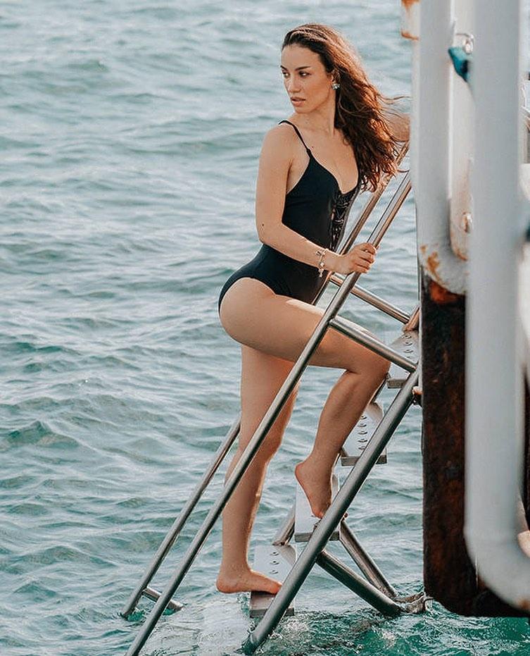 Виктория Дайнеко позирует в черном слитном купальнике