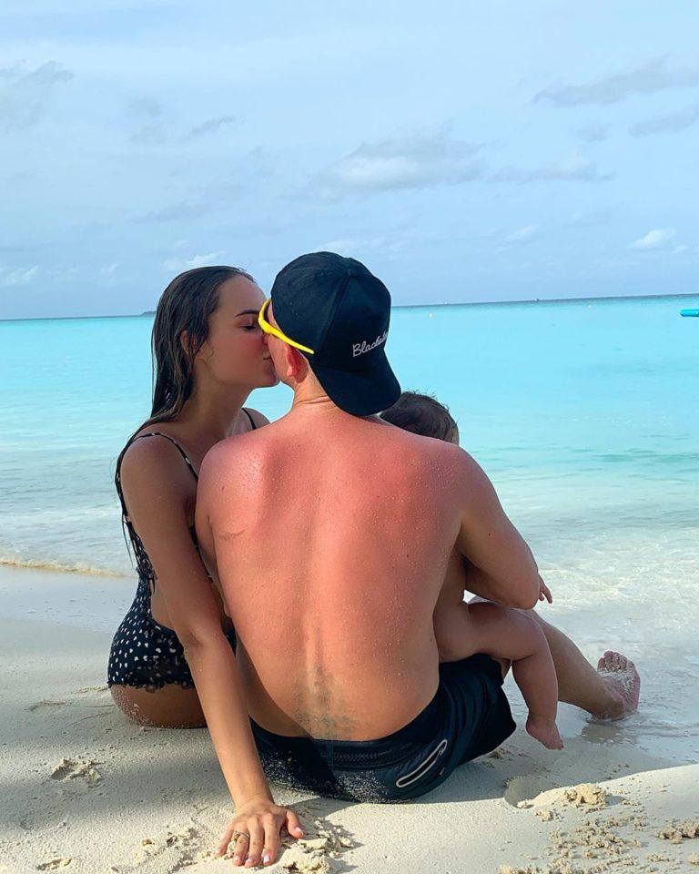 Ханна с мужем и дочкой на пляже