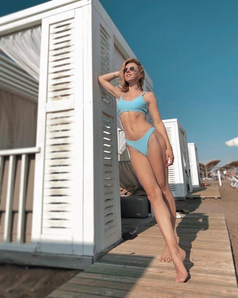 Юлианна Караулова в купальнике на пляже в Турции