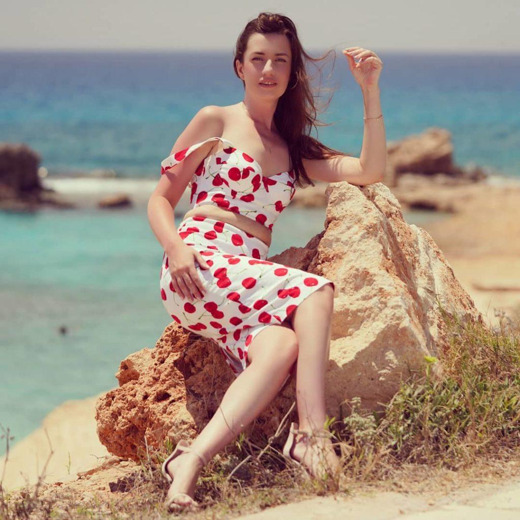 Лина Нокс позирует в красивом летнем наряде на Кипре