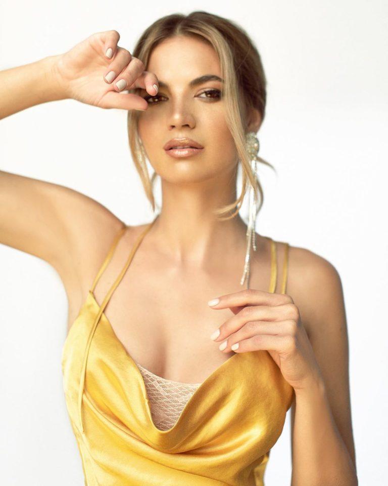 Мария Букатарь показала образ в коротком платье из нового клипа