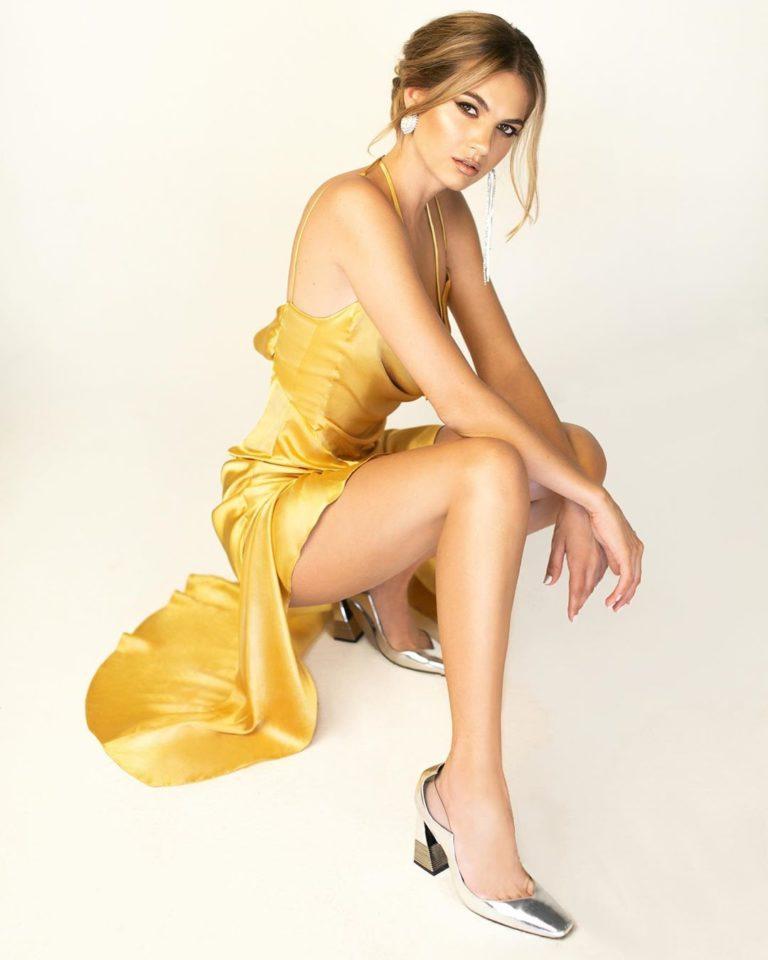 Мария Букатарь в красивом платье, образ из клип Просто танцевать