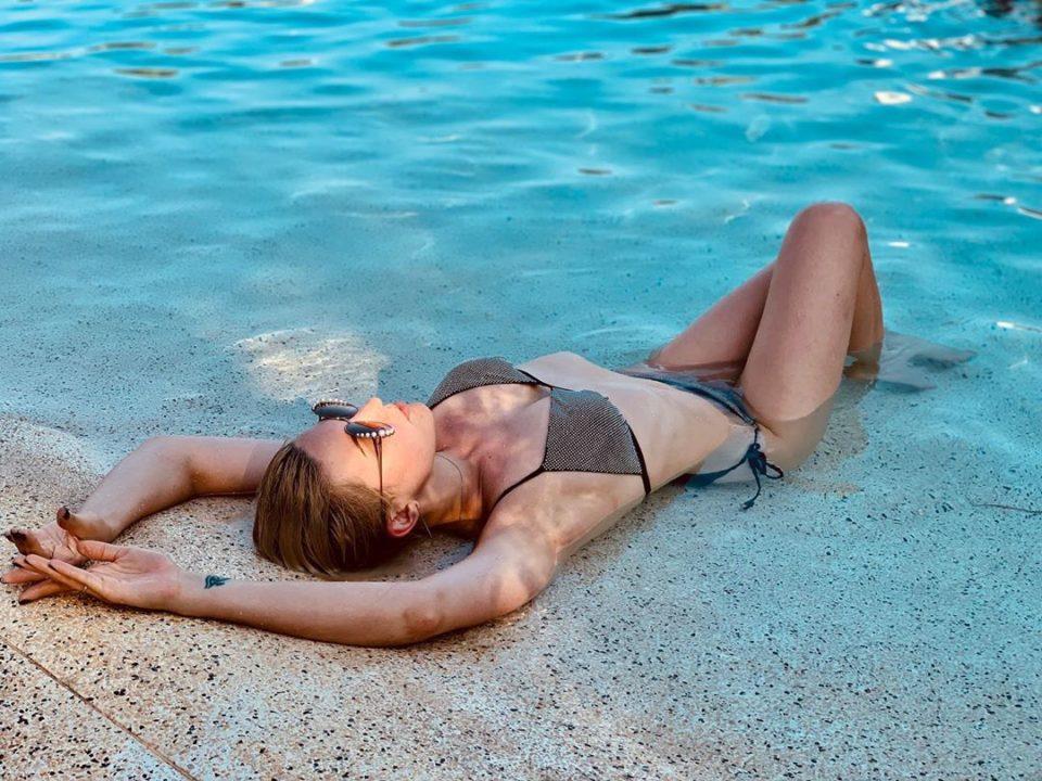 Певица Марув позирует на пляже в купальнике, 2019