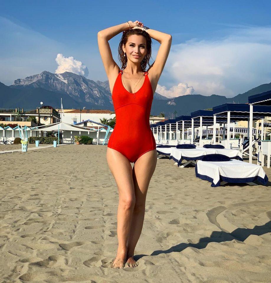 Ольга Орлова позирует на пляже в Италии