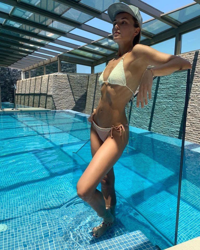 Полина Гагарина позирует в бассейне
