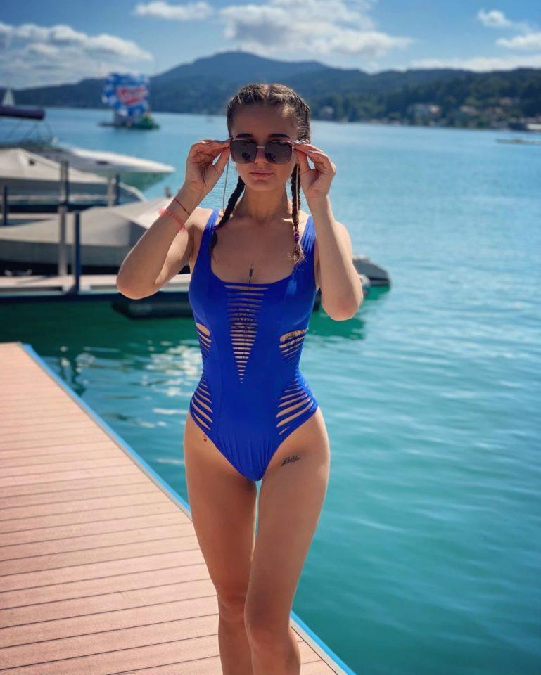 Александра Морозова в синем купальнике