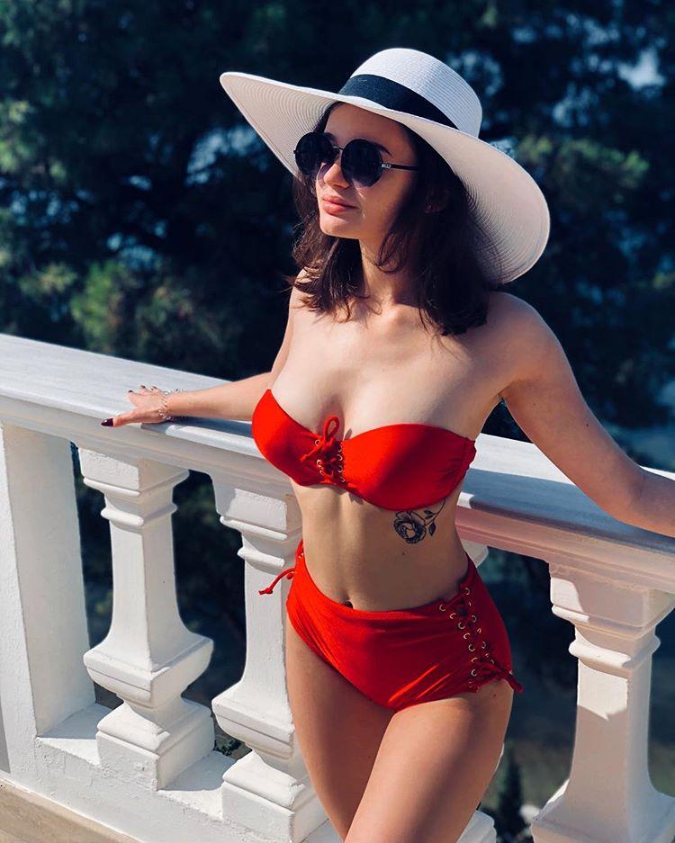 Александра Морозова в красном купальнике