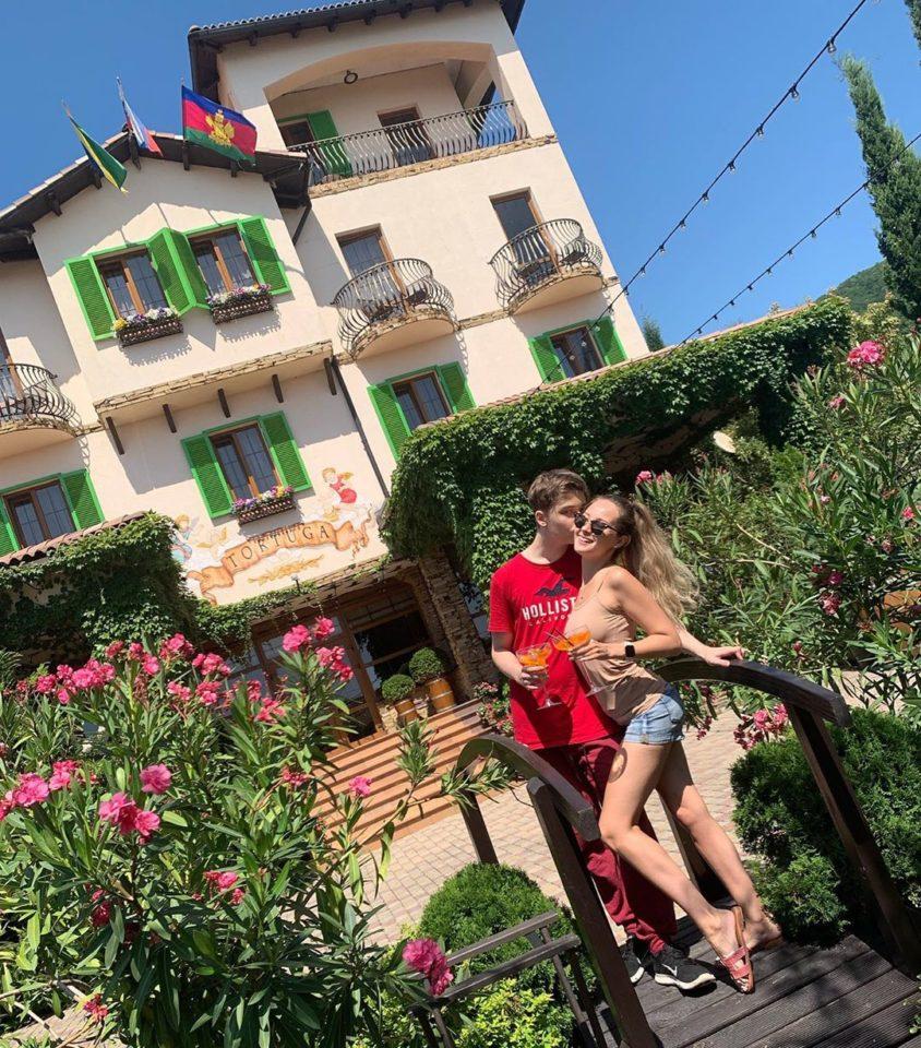 Архип Глушко и Мария Слугина у гостиничного комплекса Тортуга