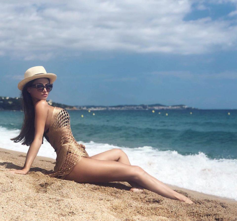 KAMI позирует в летнем платье на пляже