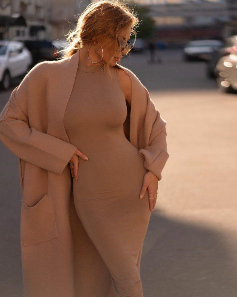 Татьяна Котова в бежевом пальто
