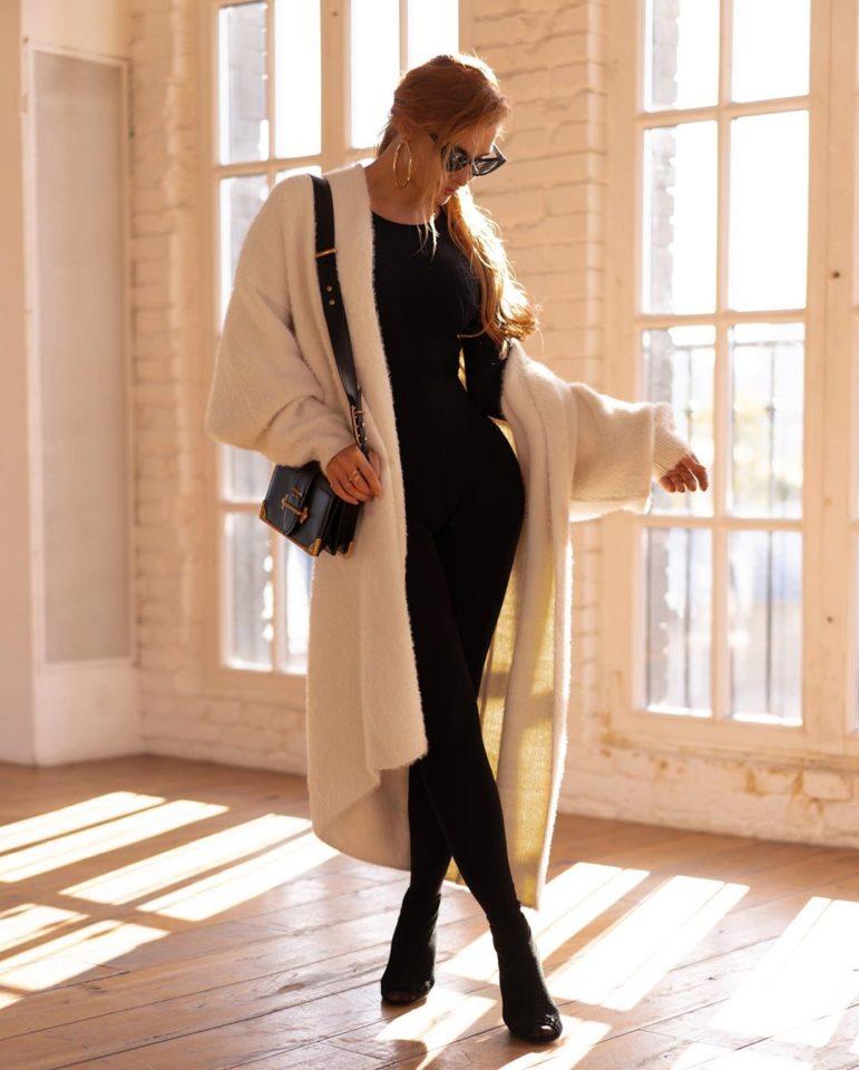 Татьяна Котова в пальто воздушно-белого цвета