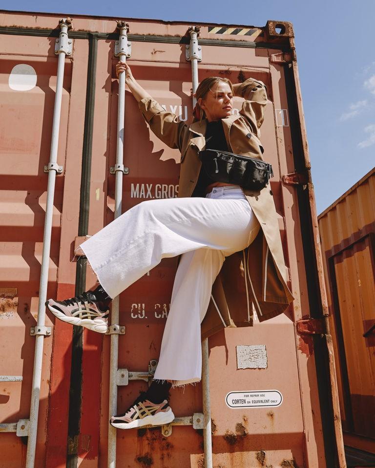 Маргарита Аброськина позирует на складе контейнеров