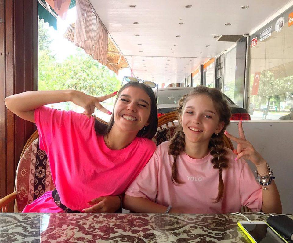 Анна Музафарова в кафе со своей сестрой