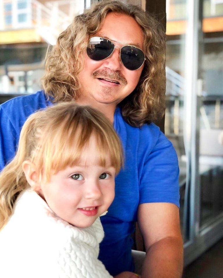 Игорь Николаев показал, как он со своей маленькой дочкой занимается спортом