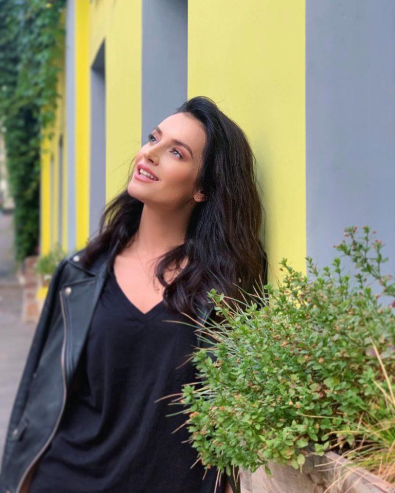 Участница 4 сезона шоу «Голос» Ольга Задонская показала красивый образ в белых шортах