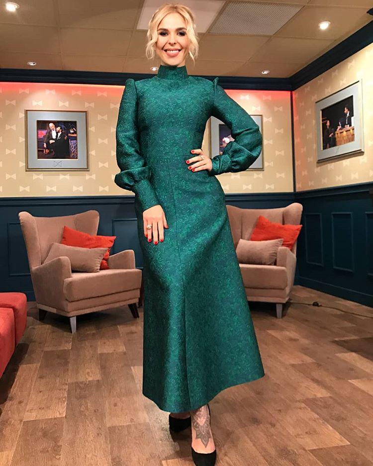 Пелагея в вечернем длинном зеленом платье