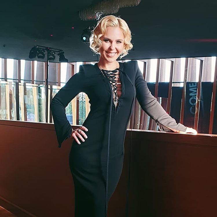 Пелагея в черном платье со шнуровкой