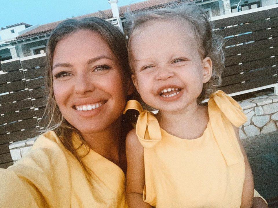 Рита Дакота и Мия улыбаются