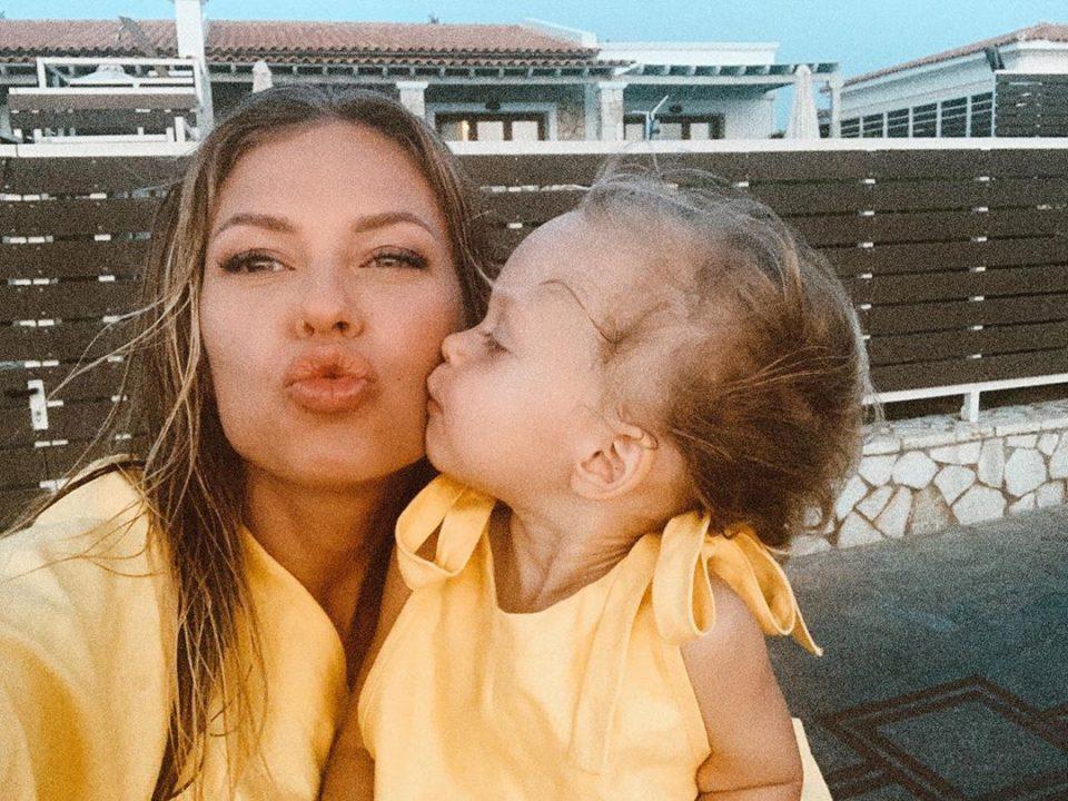 Рита Дакота со своей дочкой