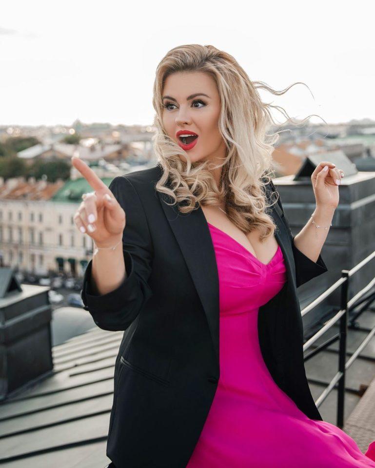 Анна Семенович показала образ в платье цвета фуксия