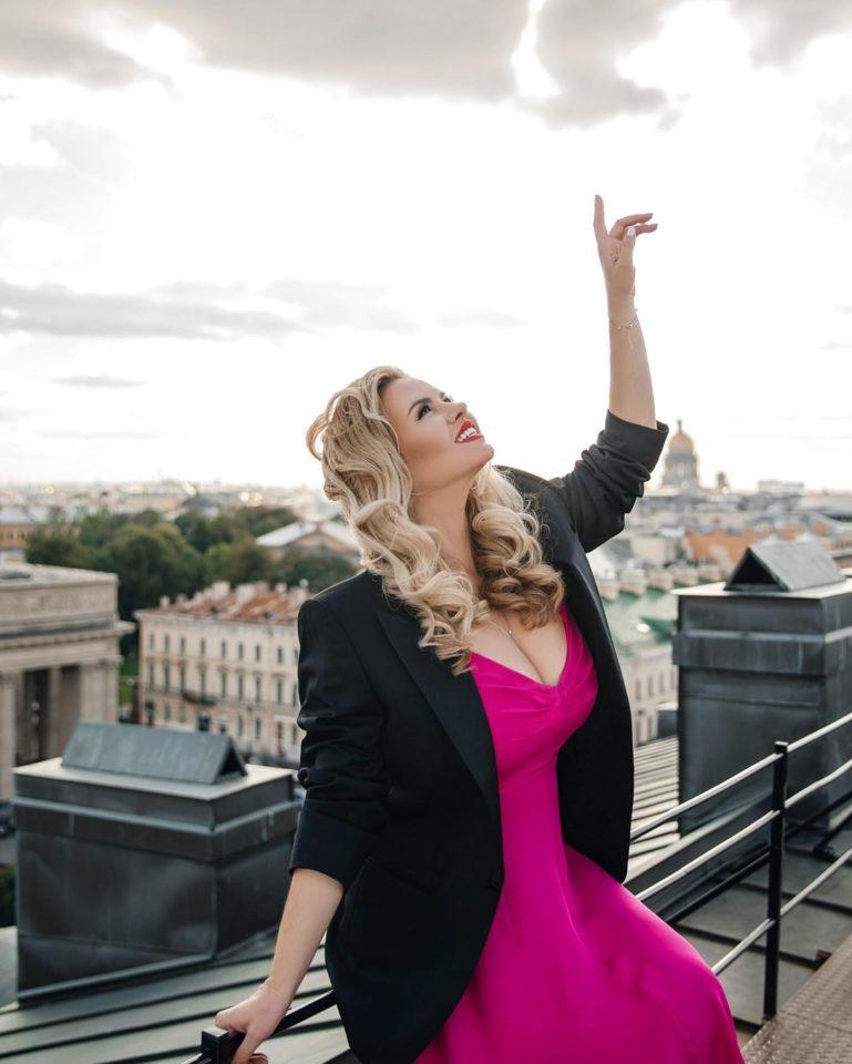 Анна Семенович позирует в платье цвета фуксия