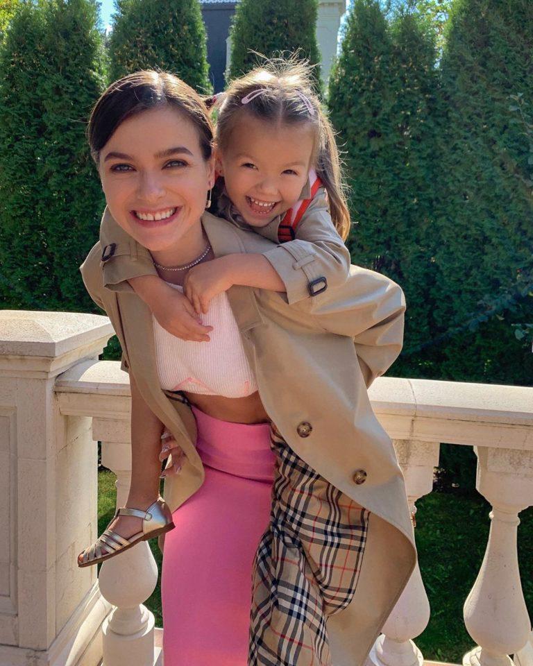 Елена Темникова катает на спине дочку