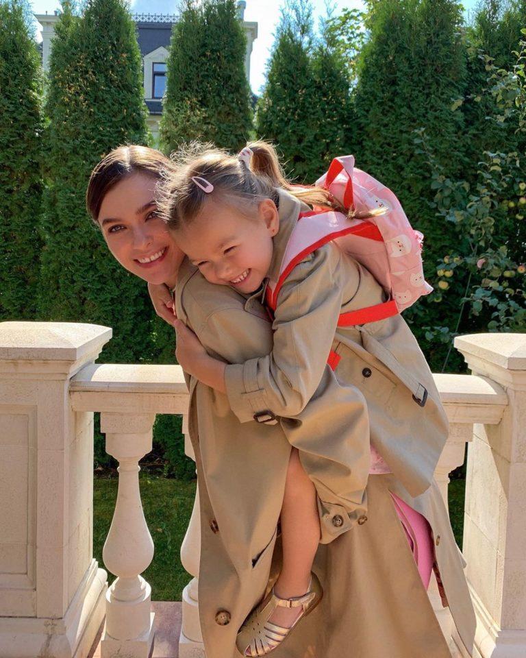 Елена Темникова показала милые фото со своей 4-летней дочкой