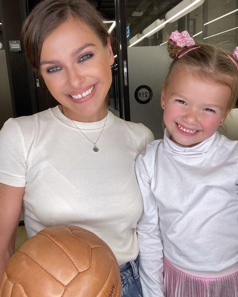 Елена Темникова и Александра улыбаются