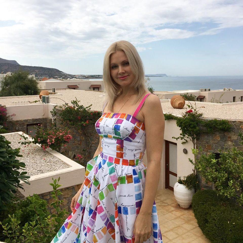 Певица Натали показала два курортных образа: в сарафане и футболке с шортами