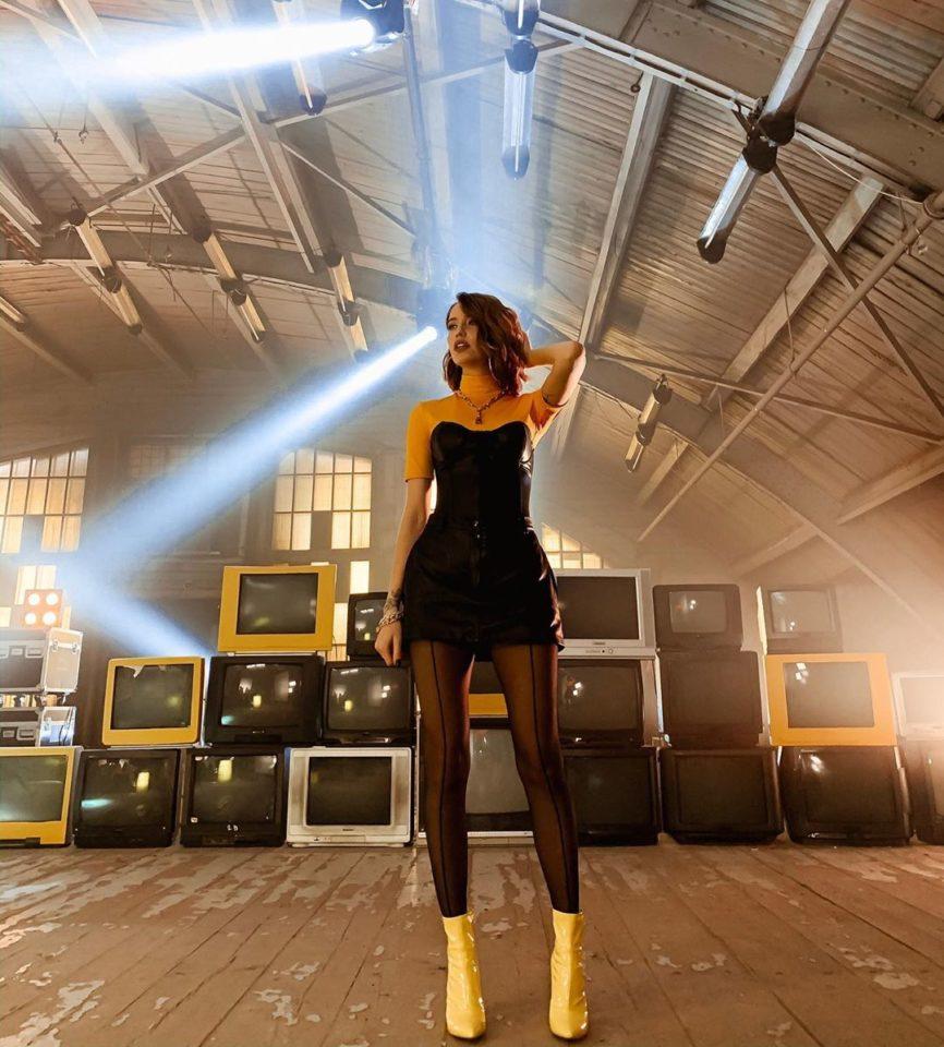 Надя Дорофеева показала стильный образ в короткой юбке