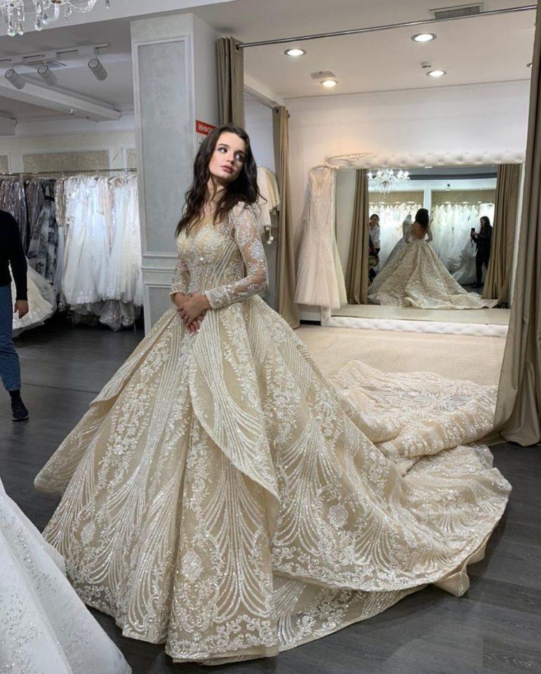 Дочь Славы в свадебном платье
