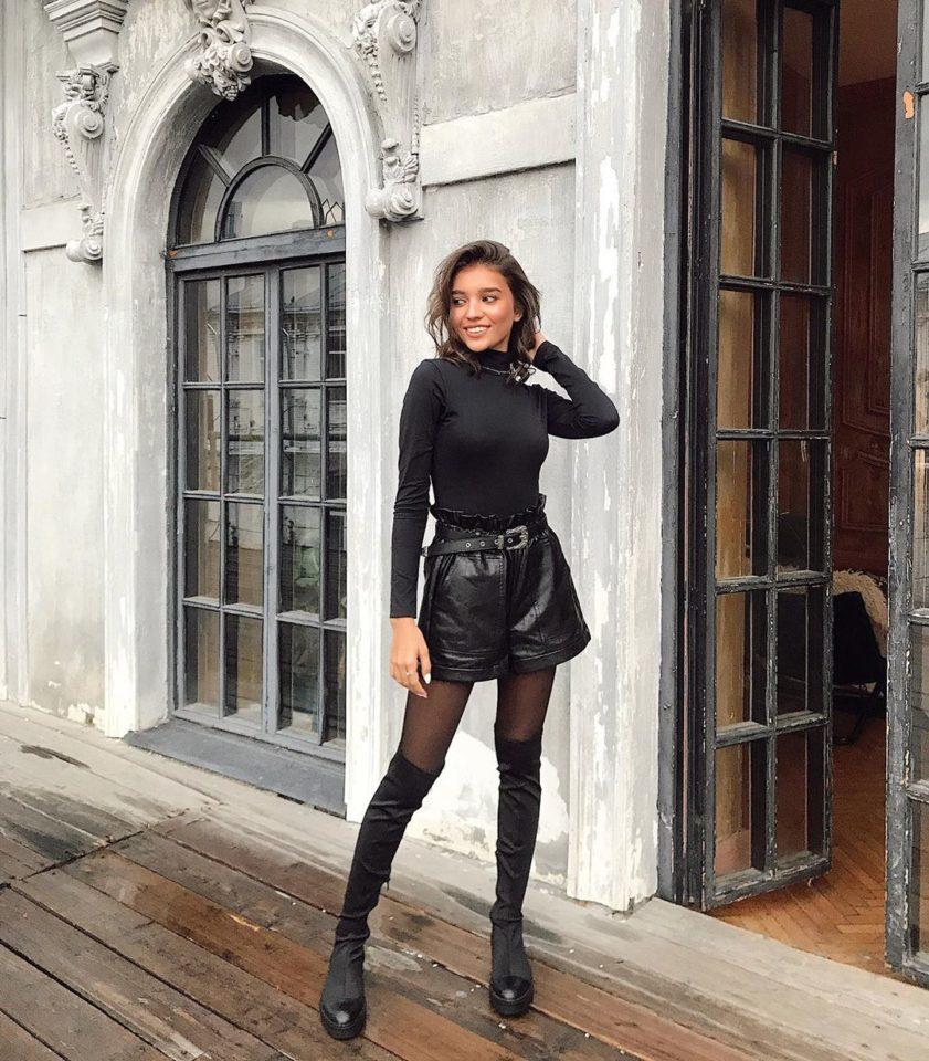 Анна Музафаров в кожаных шортах