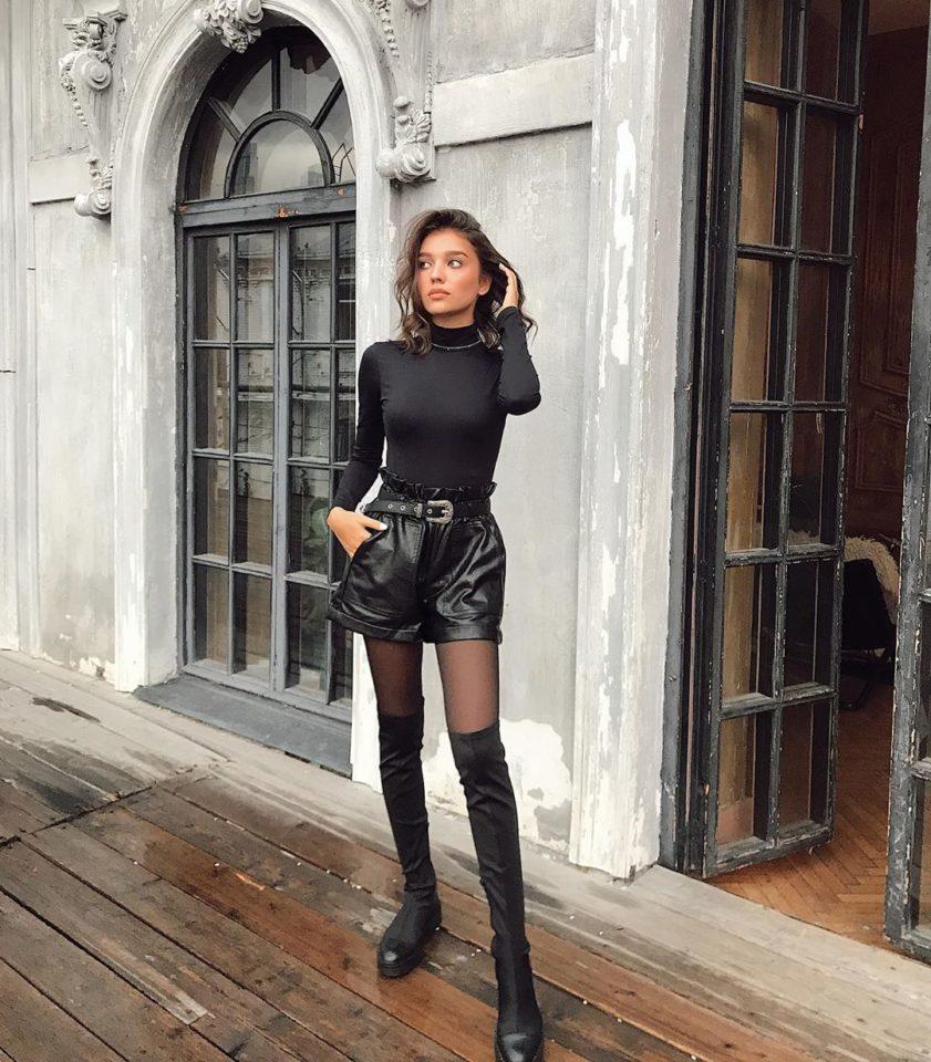 Анна Музафарова в черных шортах