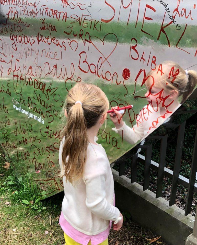 Вика пишет на зеркале любви