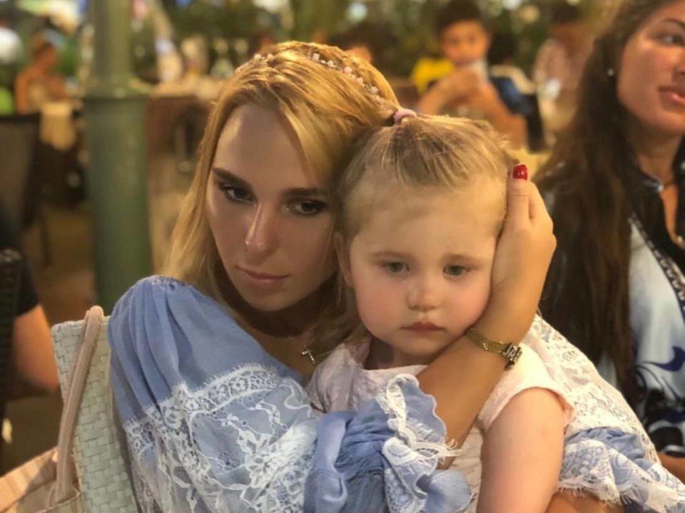 Немного грустные и уставшие Пелагея с дочкой.
