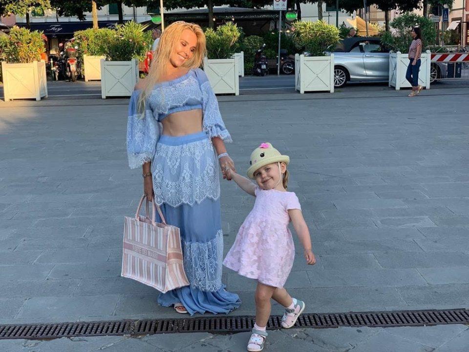 Пелагея с дочкой Тасией гуляют по городу.
