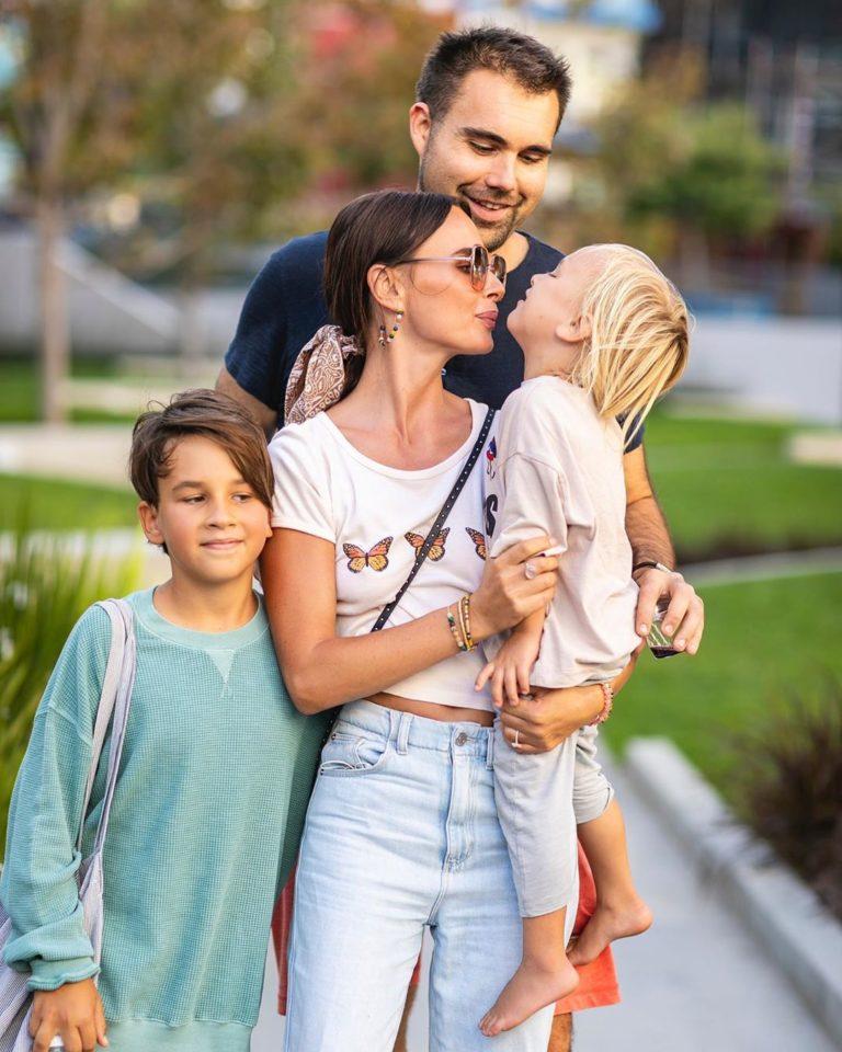 Саша Зверева гуляет с бойфрендом и детьми