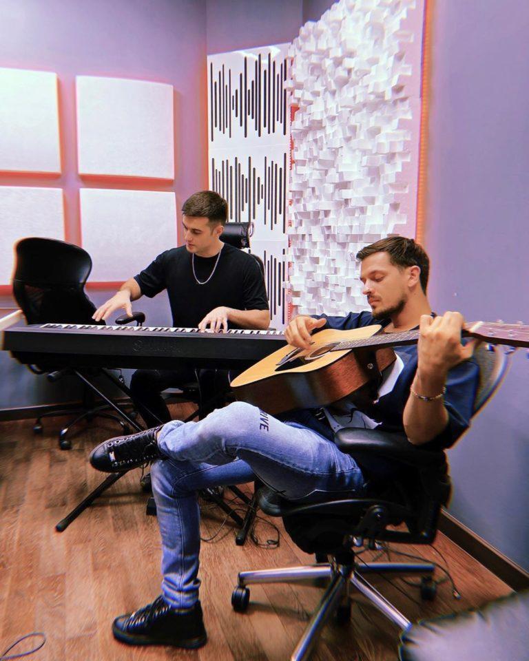 Олег Терновой и Миша Марвин - Атомы, 2019 - слушайте совместную песню | Музолента