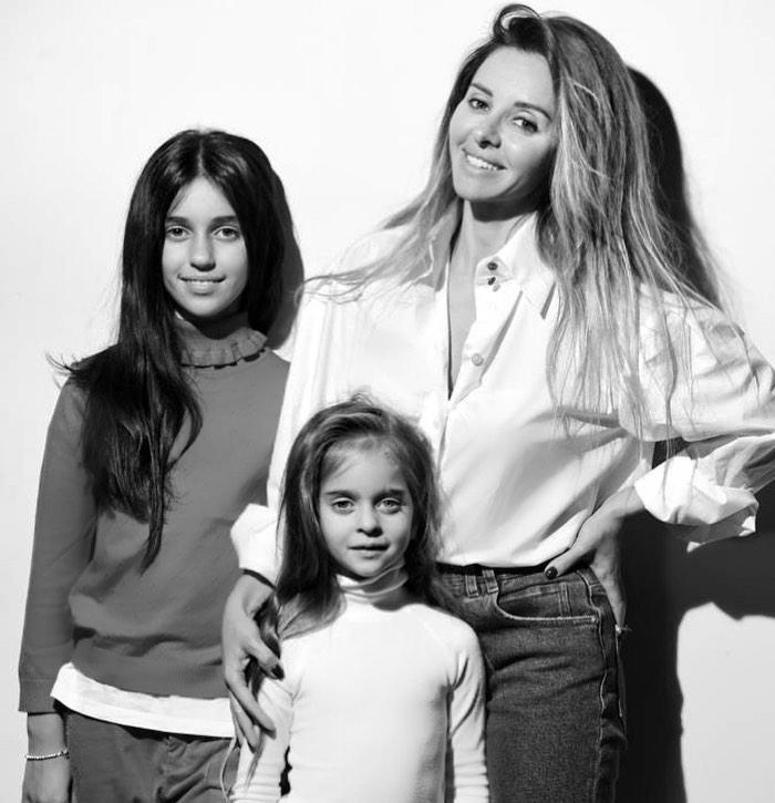 Алиса и Амели с мамой Анжеликой