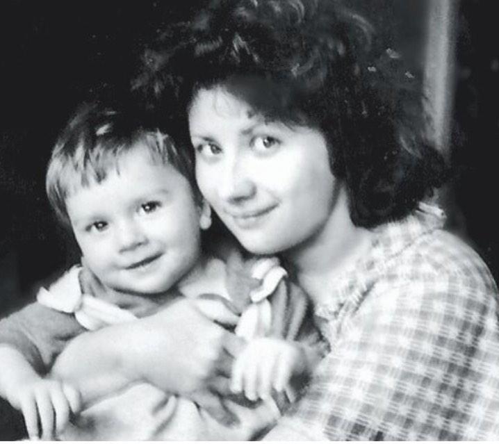 Сергей Лазарев показал свое детское фото с мамой